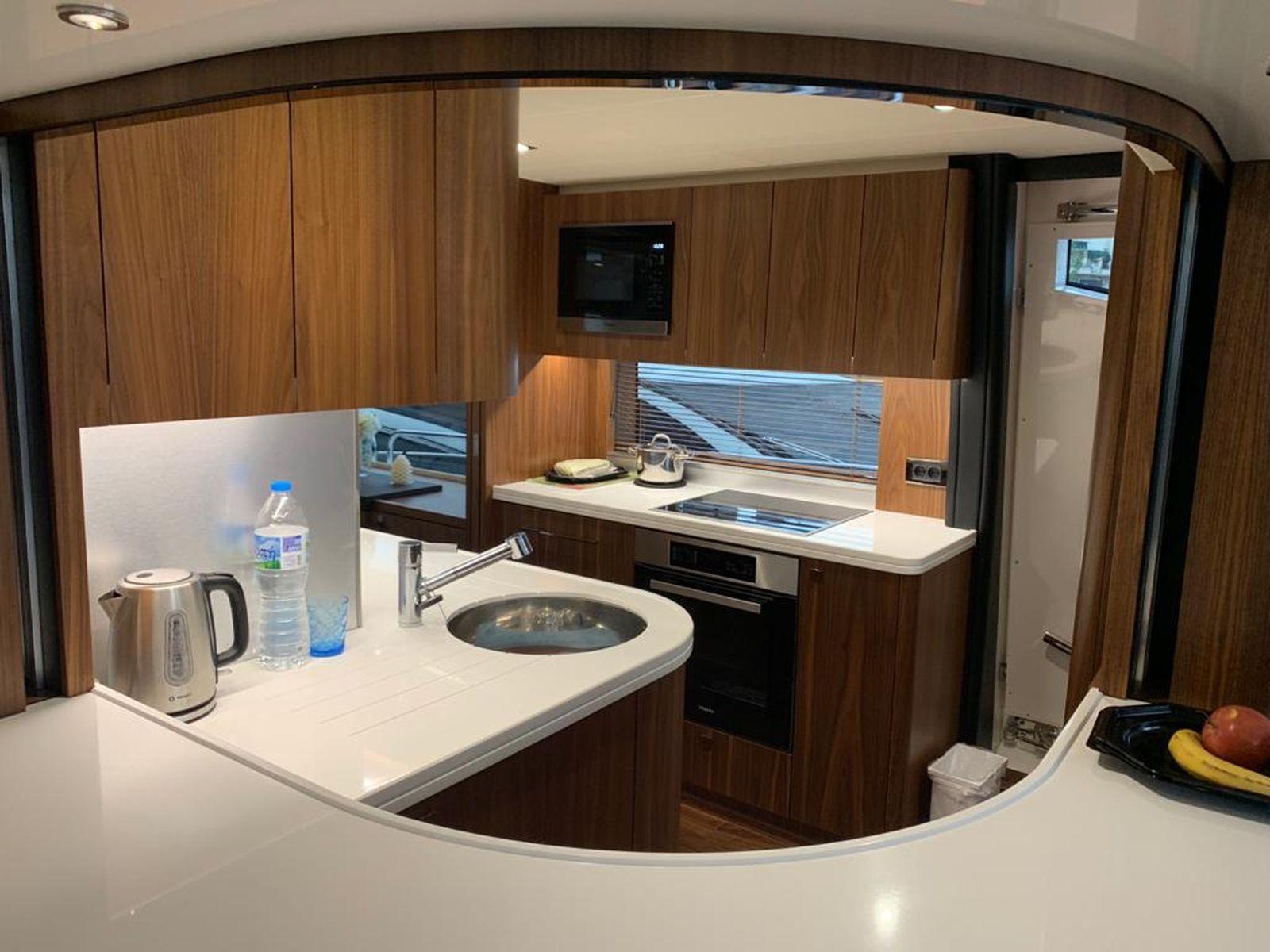 Sunseeker 86 Yacht   Интерьер 22
