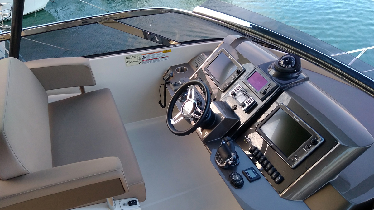 Marquis 630 Sport Yacht | Экстрьер 11