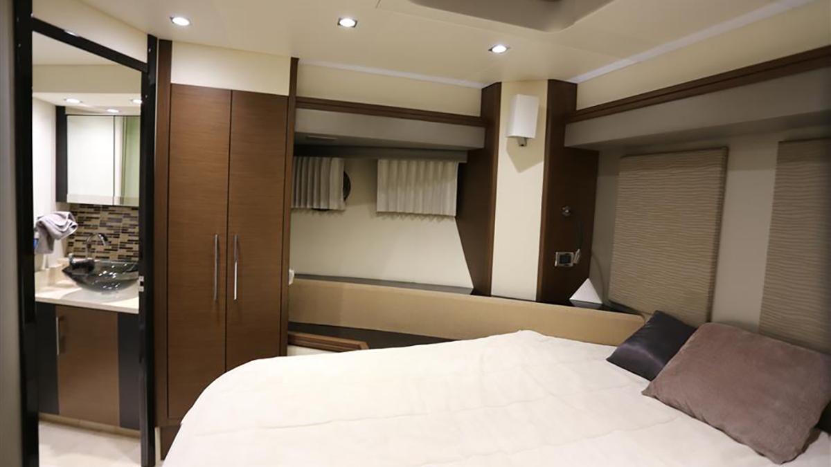 Marquis 630 Sport Yacht | Интерьер 11